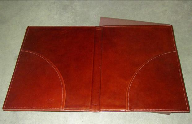изготовление Папка для документов кожаная, темно-красная кожа с тиснением и защитным футляром.