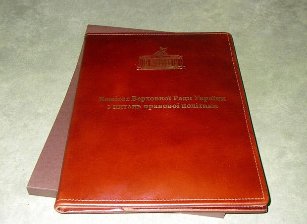 Папка для документов кожаная, темно-красная кожа с тиснением и защитным футляром.