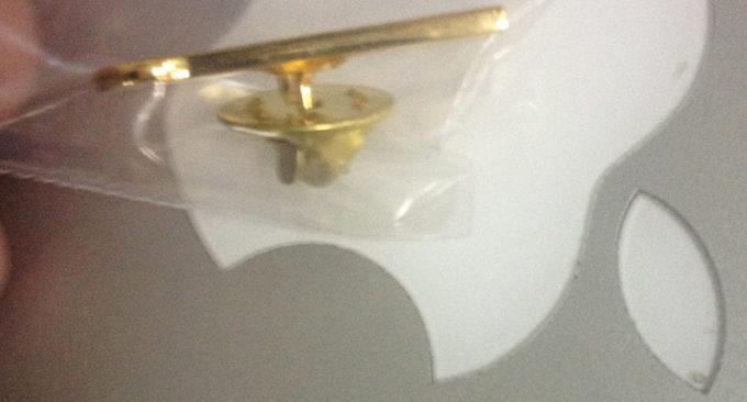 Фото Крепление - Упаковка лацканного значка на юбилей фирмы
